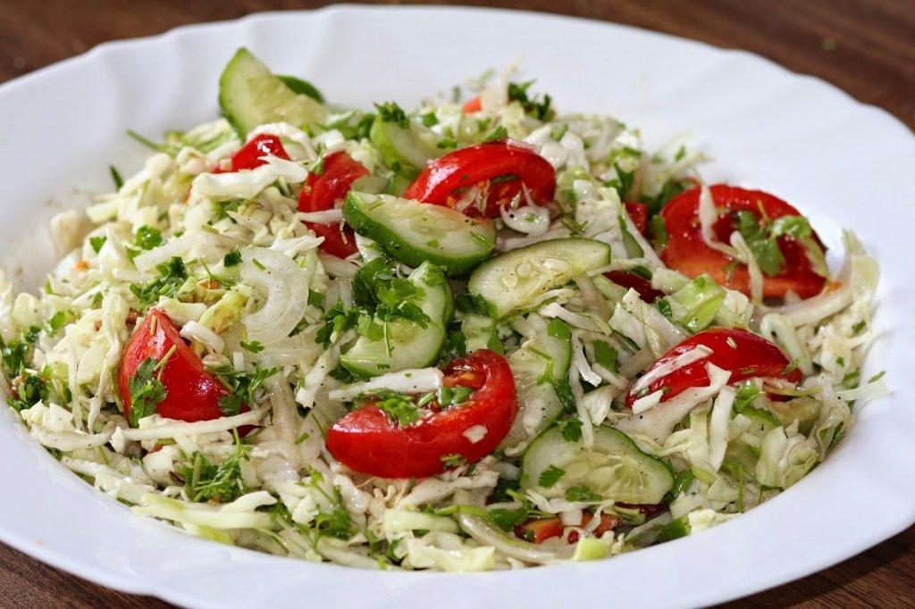 салат из капусты и зеленых помидор